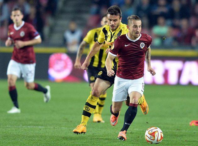 Záložník a střelec vedoucího gólu Sparty Lukáš Vácha (vpravo) a Milan Gajič z Young Boys v utkání Evropské ligy.