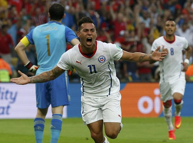 Chilan Eduardo Vargas jásá po gólu proti Španělům.