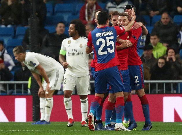Fjodor Čalov z CSKA se raduje se svými spoluhráči z úvodního gólu na stadiónu Realu Madrid.