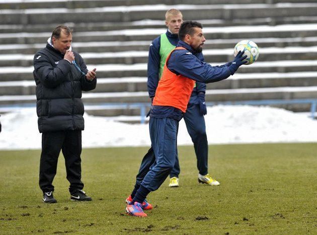 Trenér Martin Pulpit (vlevo) sleduje Milana Baroše na tréninku Baníku Ostrava.