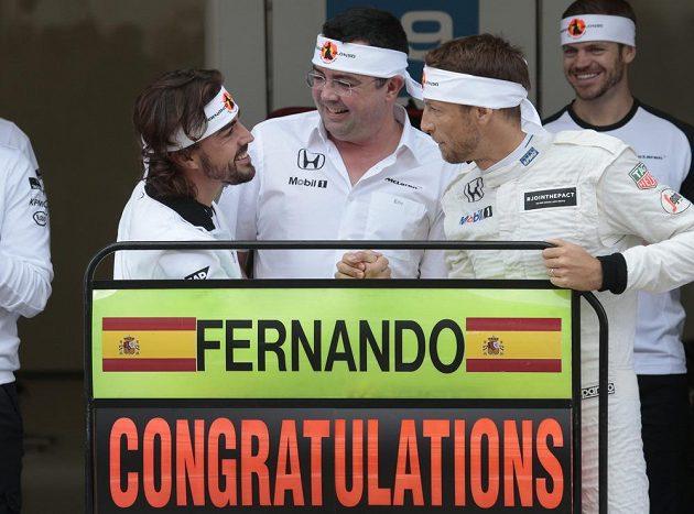 Fernando Alonso (vlevo) přijímá gratulace od kolegy z McLarenu Jensona Buttona (vpravo) a šéfa týmu Erika Boulliera. Španělský pilot v Soči absolvuje svou 250. Grand Prix ve formuli 1.