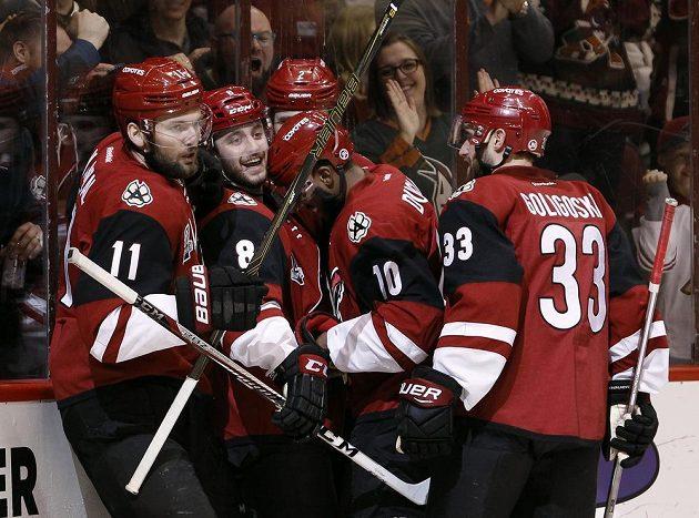 Radost hokejistů Arizony v zápase s Dallasem, úplně vlevo je český hokejista Martin Hanzal.