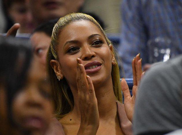 Návštěva z hudebního světa: zpěvačka Beyonce sledovala utkání mezi Američankami Serenou Williamsovou a Vaniou Kingovou na US Open.