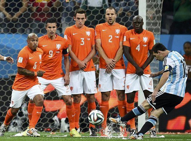 Argentinec Lionel Messi (vpravo) sice obstřelil nizozemskou zeď, ale brankář Jasper Cillessen míč chytil.