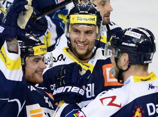 Autor rozhodujícího gólu Vítkovic Petr Kolouch (uprostřed) se raduje se spoluhráči z vítězství na ledě Sparty.