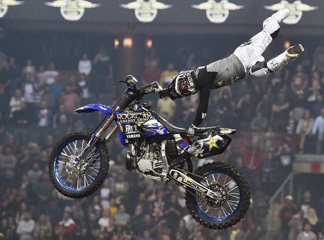 Vitěz exhibice ve freestyle motokrosu FMX Gladiator Games David Rinaldo z Francie.