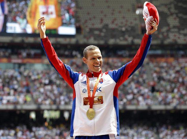 Slovenský chodec Matej Tóth na stupních vítězů oslavuje zlatou medaili ze závodu na 50 km chůze na mistrovství světa v atletice v Pekingu.