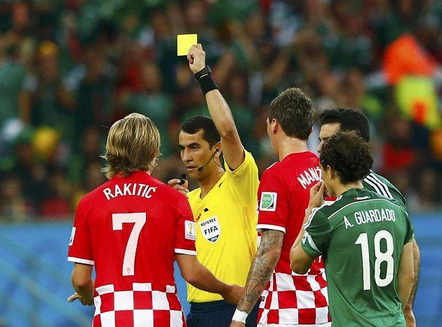 Chorvatský fotbalista Ivan Rakitič (vlevo) dostává žlutou kartu od rozhodčího Ravshana Irmatova z Uzbekistánu v utkání proti Mexiku.