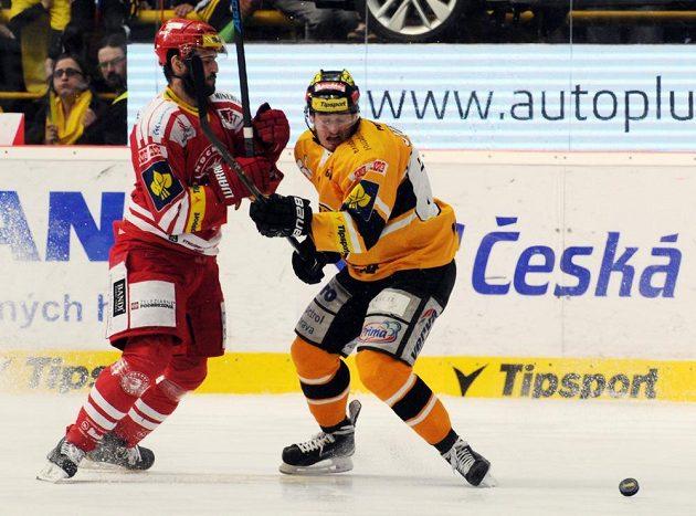 Tomáš Linhart z Třince (vlevo) a litvínovský hráč Ondřej Jurčík.