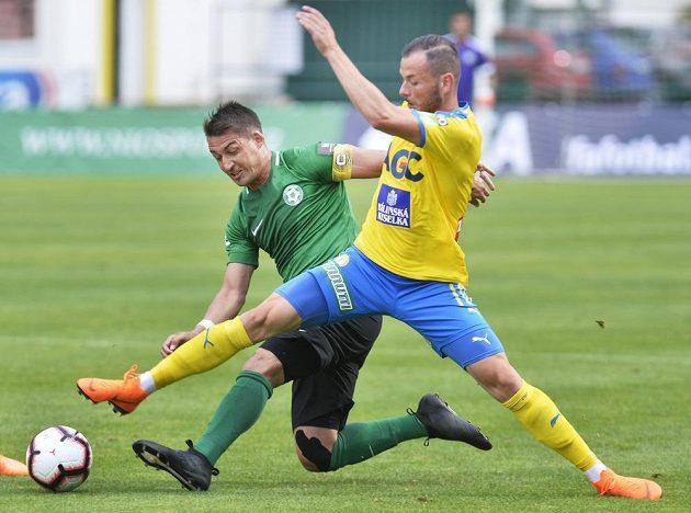 Zkušený příbramský fotbalista Rudolf Skácel v souboji s Pavlem Moulisem z Teplic během utkání úvodního ligového kola.