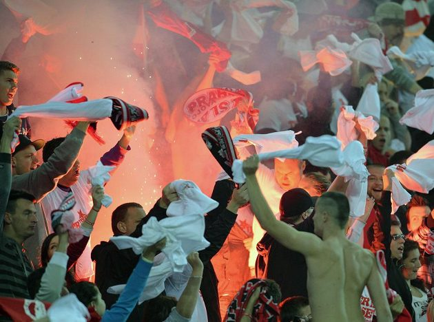 Fanoušci Slavie při derby se Spartou.