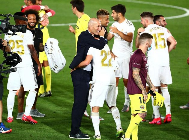 Isco se objímá s trenérem Zinedinem Zidanem, Real slaví titul.
