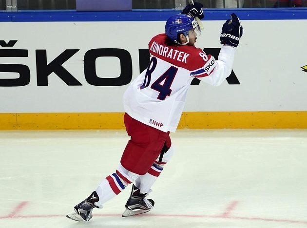 Český reprezentant Tomáš Kundrátek se raduje ze svého gólu proti Rusku.