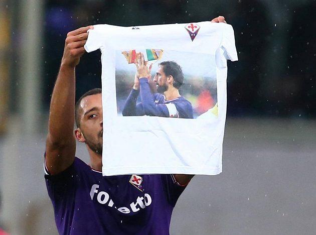 Vitor Hugo z Fiorentiny vytáhl po vstřelení gólu proti beneventu triko s Astoriho obrázkem.