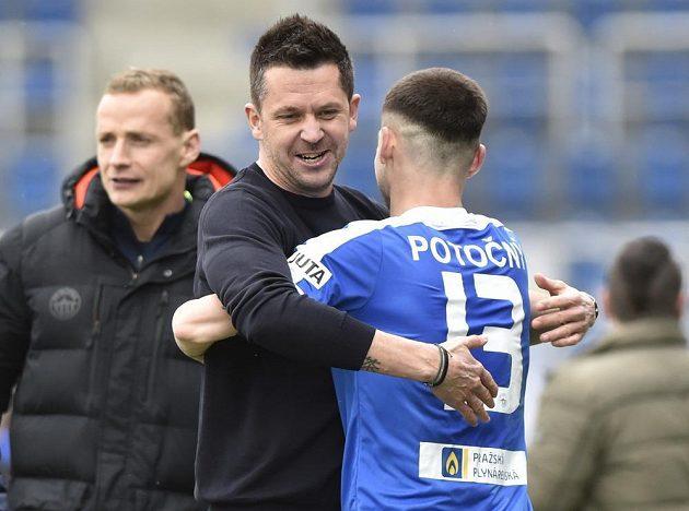 Zleva trenér Liberce David Holoubek a Roman Potočný se radují z vítězství.