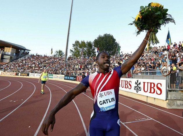 Justin Gatlin se raduje z vítězství v Lausanne.