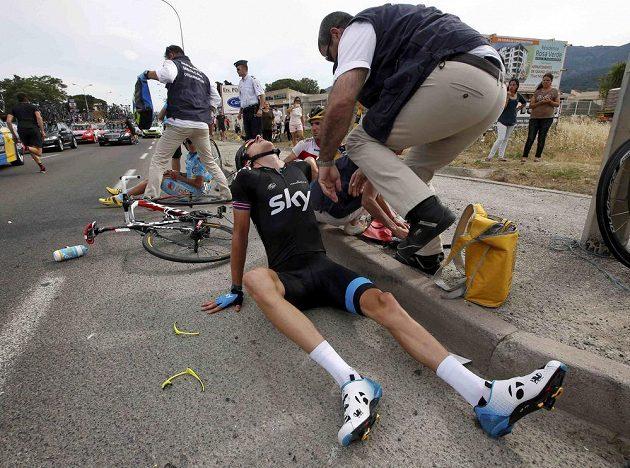 Britský cyklista Geraint Thomas ze stáje Sky po pádu v závěru úvodní etapy letošního ročníku Tour de France.