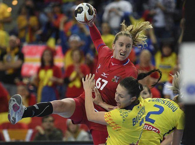 Veronika Malá se s vervou pustila do rumunské obrany.