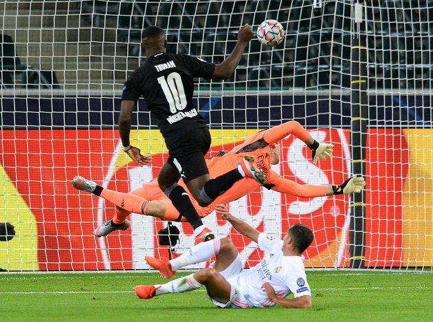 Fotbalista Borussie Mönchengladbach Marcus Thuram střílí gól do sítě Realu Madrid v utkání Ligy mistrů.