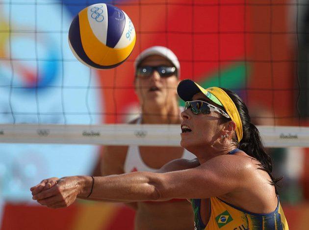 Brazilka Agatha Bednarczuková v zápase s Češkami Markétou Slukovou a Barborou Hermannovou.