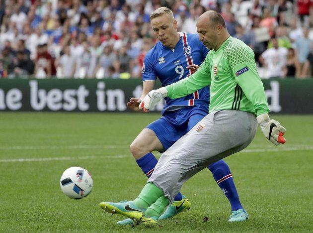Velezkušený maďarský gólman Gábor Király odkopává míč před Kolbeinnem Sigthorssonem z Islandu.