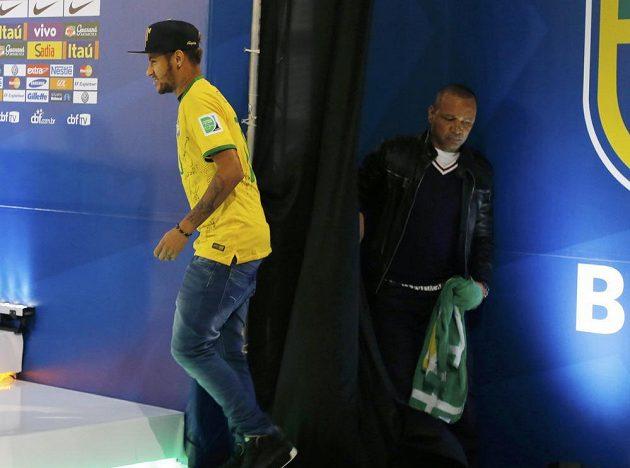 Neymar přichází na tiskovou konferenci.