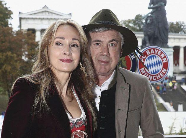 Trenér Bayernu Carlo Ancelotti vyvedl do společnosti manželku Mariann.