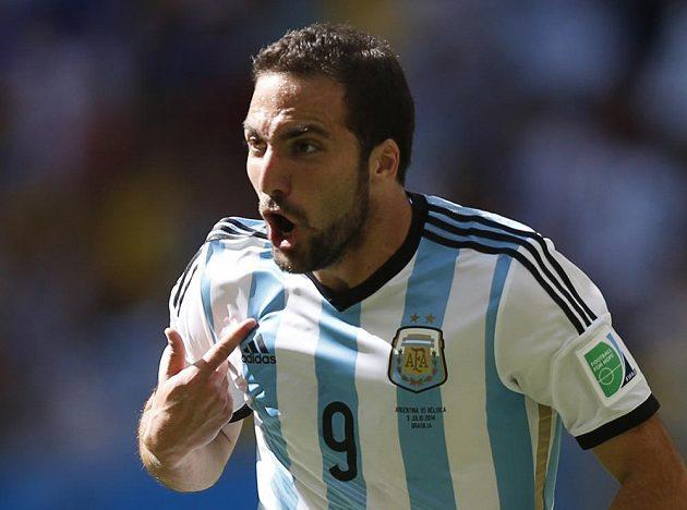 Já jsem to dal, ukazuje Gonzalo Higuaín, autor argentinské branky ve čtvrtfinále MS s Belgií.