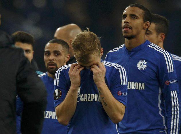 Zklamaní fotbalisté Schalke ve Veltins Areně po vyřazení z Evropské ligy.