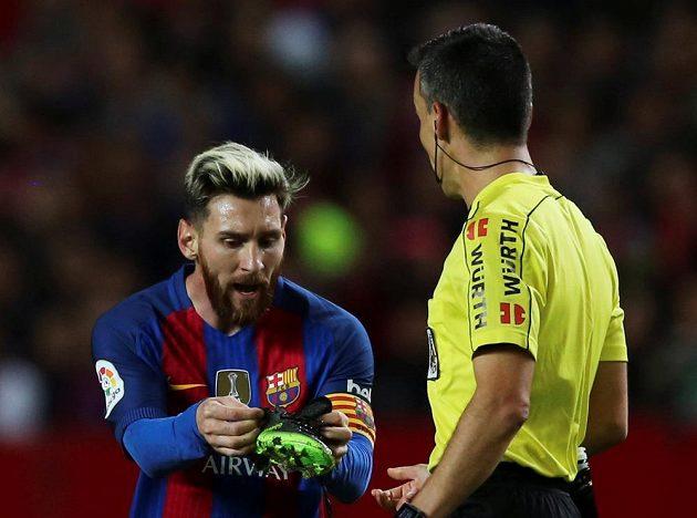 Barcelonský Lionel Messi, rozhodčí a předmět doličný v zápase se Sevillou.