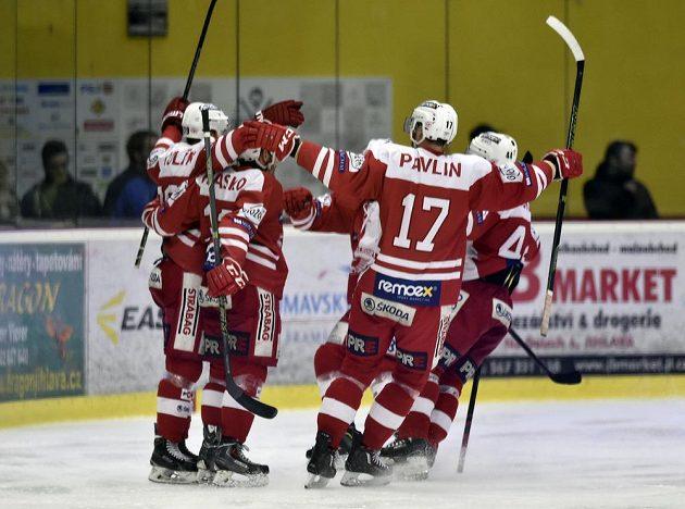 Hokejisté Slavie se radují ze svého jediného gólu na ledě Jihlavy.