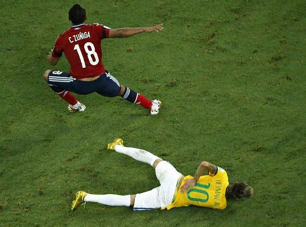 Kolumbijec Juan Camilo Zúňiga (vlevo) po souboji s již ležícím Brazilcem Neymarem.