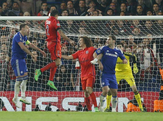 Thiago Silva (druhý zleva) střílí hlavou na branku Chelsea.