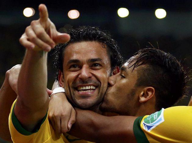 Fred (vlevo) a Nemyar se radují z gólu Brazilců ve finále Poháru FIFA proti Španělsku