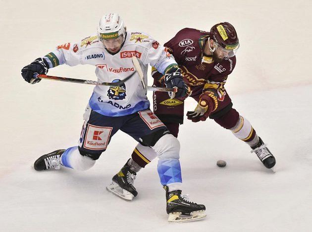 Čtvrtý zápas finále play off první hokejové Chance ligy. Zleva Adam Kubík z Kladna a Filip Eliáš z Jihlavy.