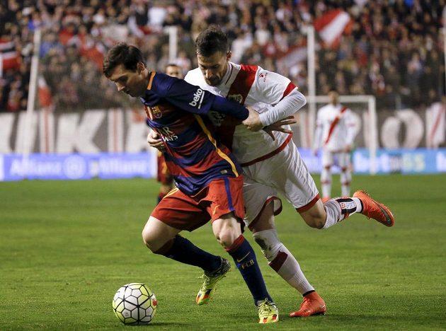 """Obránce Vallecana Roberto """"Tito"""" Roman (vpravo) se snaží zastavit Lionela Messiho z Barcelony v utkání 27. kola španělské ligy."""