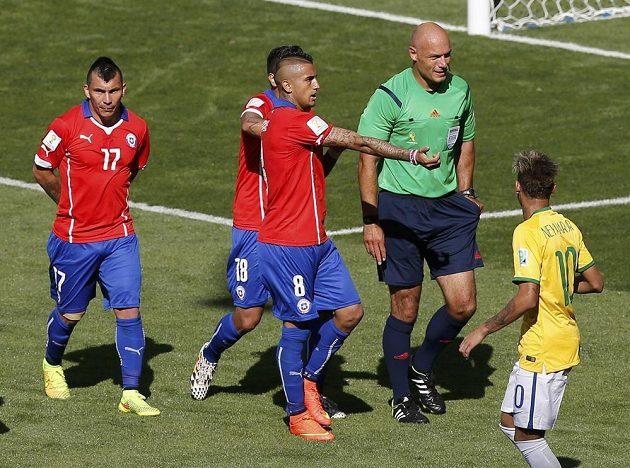 Rozhodčí Howard Webb (druhý zprava) krátce poté, co neuznal gól Brazilce Hulka v utkání osmifinále MS proti Chile.