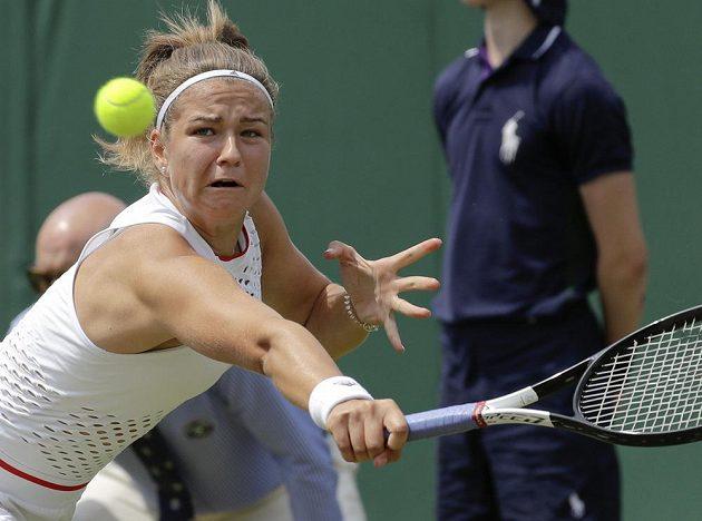 Česká tenistka Karolína Muchová se natahuje po returnu soupeřky na Wimbledonu.