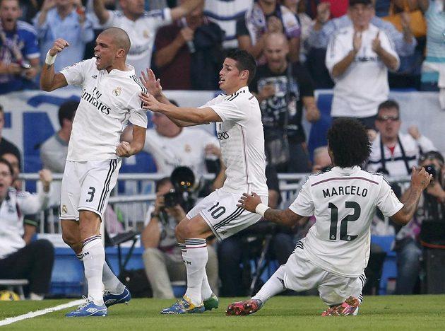 Stoper Realu Madrid Pepe (vlevo) se raduje z gólu proti Barceloně. Jeho trefu slaví i spoluhráči James Rodríguez (uprostřed) a Marcelo.