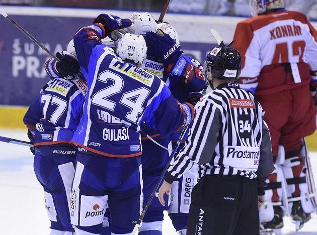 Hráči Brna se radují z gólu proti Olomouci.