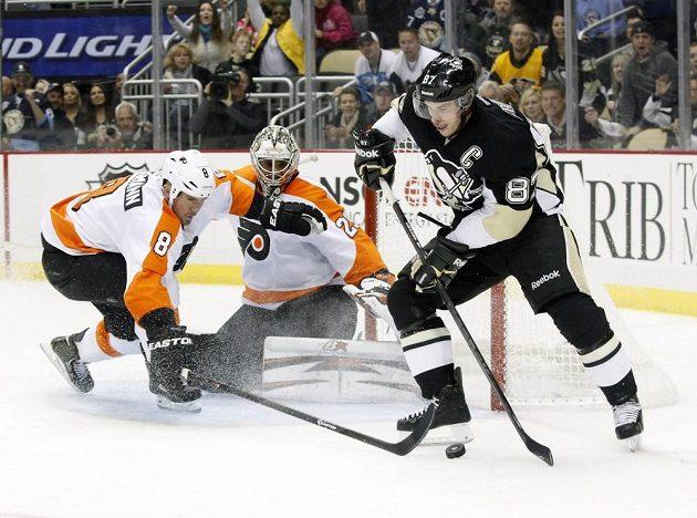 Útočník Pittsburghu Sidney Crosby (zcela vpravo) v utkání s Flyers.