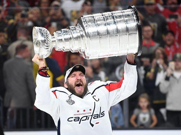 Lídr hokejového Washingtonu Capitals Alexandr Ovečkin se Stanley Cupem.