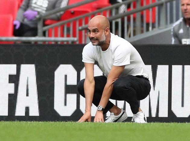 Trenér Manchesteru City Pep Guardiola sleduje bitvu o anglický Superpohár. Jeho Manchester City prohrál.
