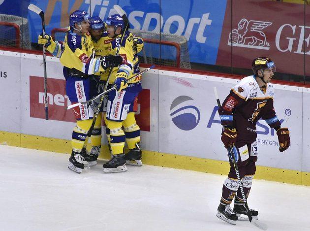 Zlínští hráči se radují z gólu, vpravo Tomáš Jiránek z Jihlavy.