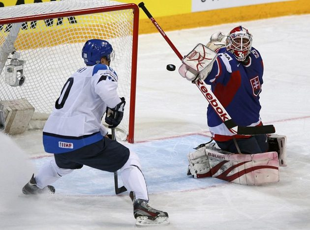 Slovenský brankář Rastislav Staňa zasahuje před finským forvardem Niklasem Hagmanem.