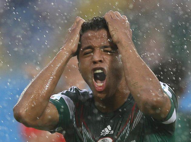 Útočník Giovani Dos Santos se zlobí poté, co rozhodčí neuznali Mexiku gól pro údajný ofsajd.
