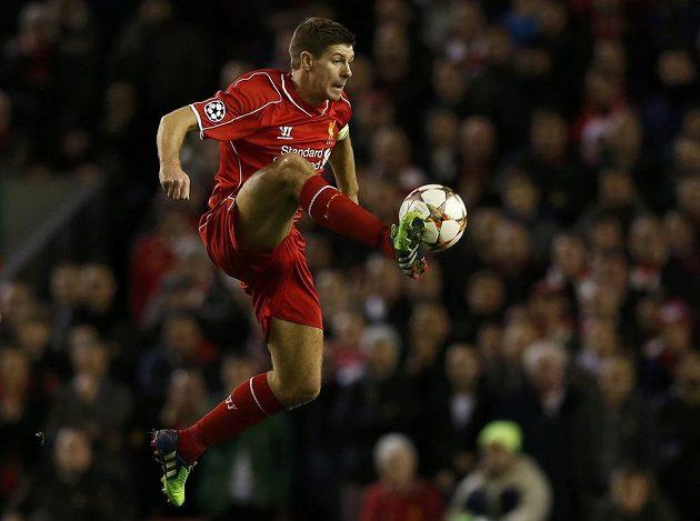 Liverpoolský Steven Gerrard si zpracovává míč v utkání Ligy mistrů s Basilejí.
