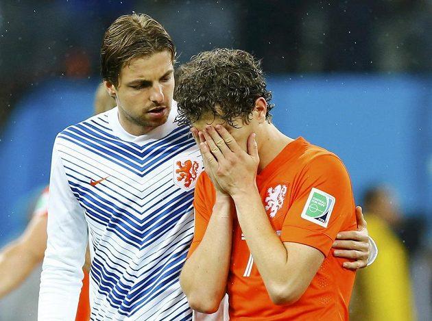 Tim Krul (vlevo) se tentokráte na rozstřel do nizozemské brány nedostal, na snímku utěšuje Daryla Janmaata