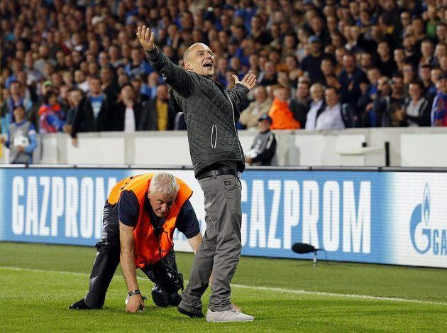 Pořadatel na stadiónu v Bruggách se snaží zastavit výtržníka, který vběhl na hrací plochu během odvety play off Ligy mistrů proti Manchesteru United.