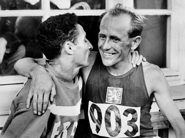 Velcí rivalové si gratulují - Zátopek první v běhu na 5000 metrů, druhý Mimoun.